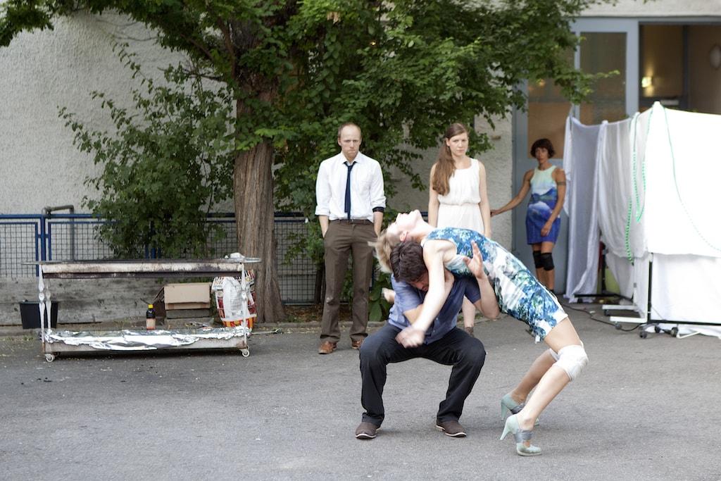 'Absent' Tanztheater von backsteinhaus produktion - Caroline Intrup | Sprecherin Performerin Sprechtrainerin | Berlin