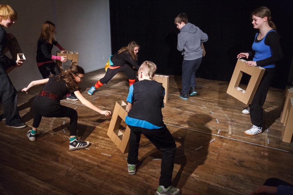 'hell erzählen' Jugendtheater vom Theater o.N. - Caroline Intrup | Sprecherin Performerin Sprechtrainerin | Berlin