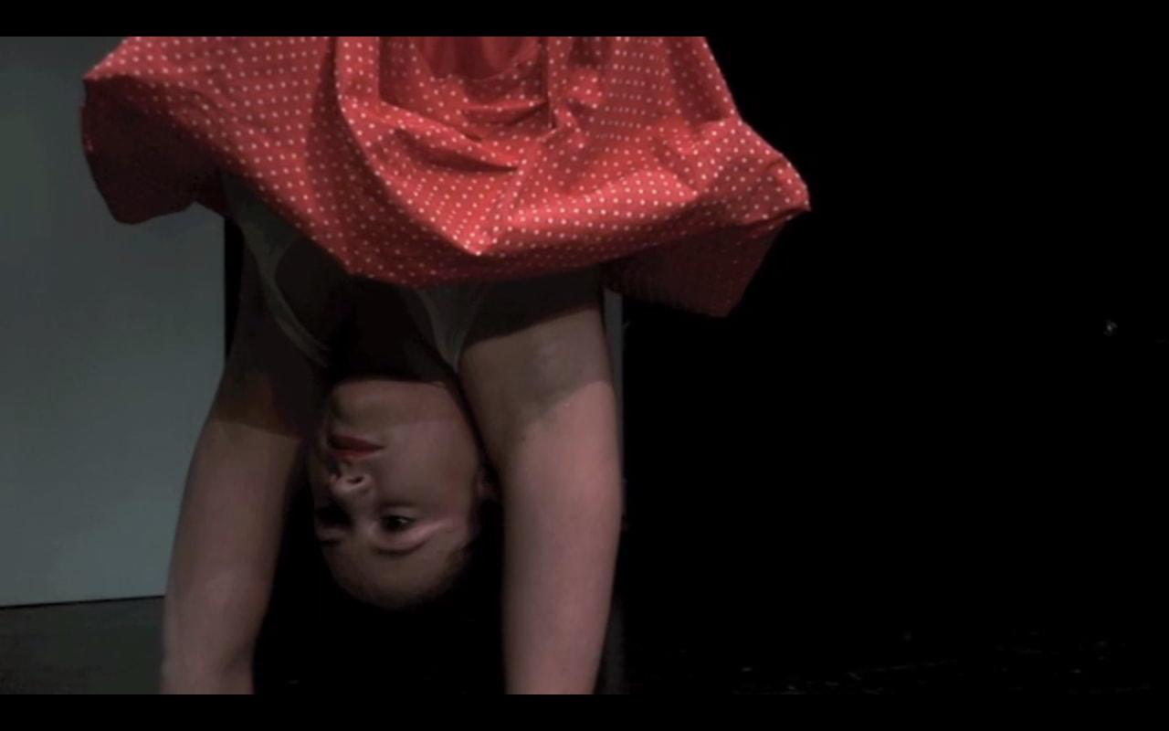 'Der sich den Wolf tanzt' Tanztheater von backsteinhaus produktion - Caroline Intrup | Sprecherin Performerin Sprechtrainerin | Berlin